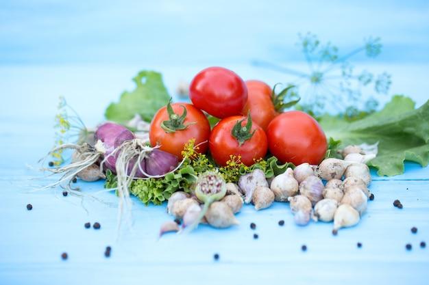 Verduras frescas en la mesa azul de madera natural. comida sana y natural. tonificado. enfoque selectivo.