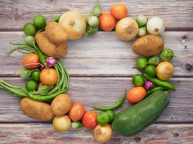 Verduras frescas en la mesa de madera vieja