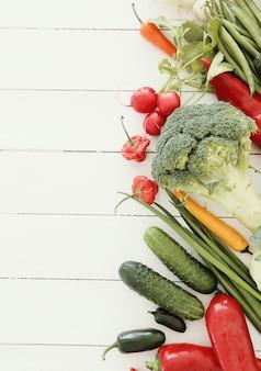 Verduras frescas en la mesa de madera
