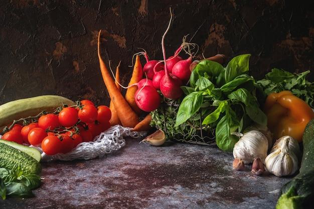 Verduras frescas en la mesa