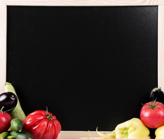 Verduras frescas con una pizarra