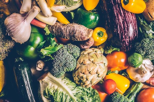 Las verduras frescas se reunieron en un huerto.