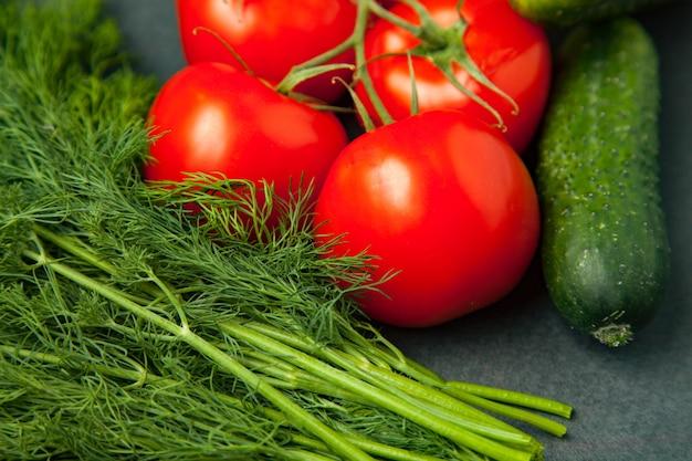 Verduras frescas y saludables: pepino, eneldo y tomates. vista superior.