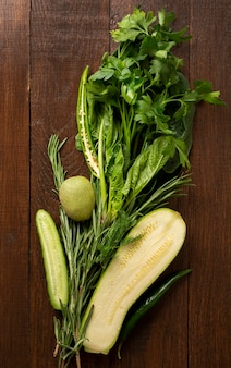 Verduras frescas sobre fondo de madera