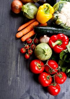 Verduras frescas sobre madera