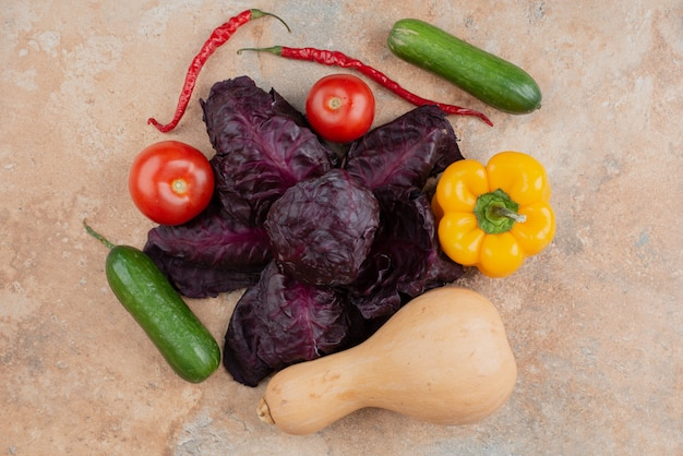 Verduras frescas sobre mármol.