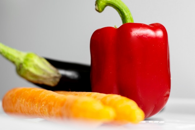 Verduras frescas vitaminas ricas en vegetales coloridos ricos en piso blanco