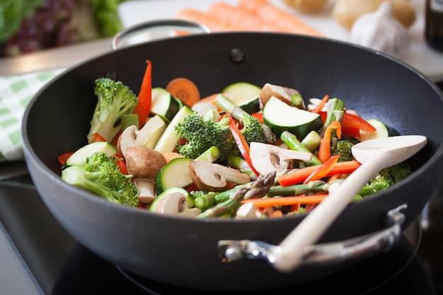 Verduras fritas en una sartén