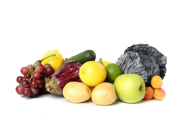 Verduras y frutas aisladas sobre fondo blanco.
