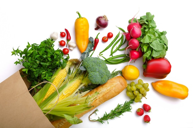 Verduras y frutas frescas en una bolsa de papel, vista superior, aislado. comida vegetariana orgánica, productos naturales comestibles, concepto de estilo de vida saludable