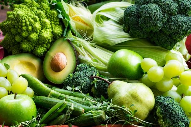 Verduras y frutas verdes frescas de otoño crudas