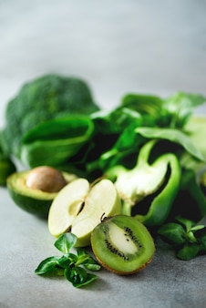 Verduras y frutas verdes orgánicas. manzana verde, lechuga, pepino, aguacate, col rizada, lima, kiwi, uvas, plátano, brócoli.