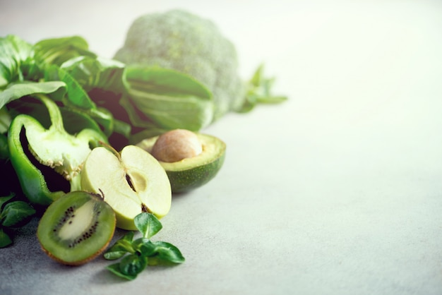 Verduras y frutas verdes orgánicas.