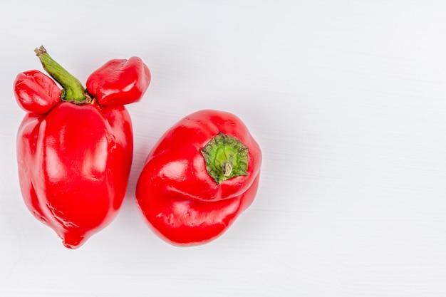 Verduras de granja orgánicas feas y modernas: pimientos dulces con mutaciones