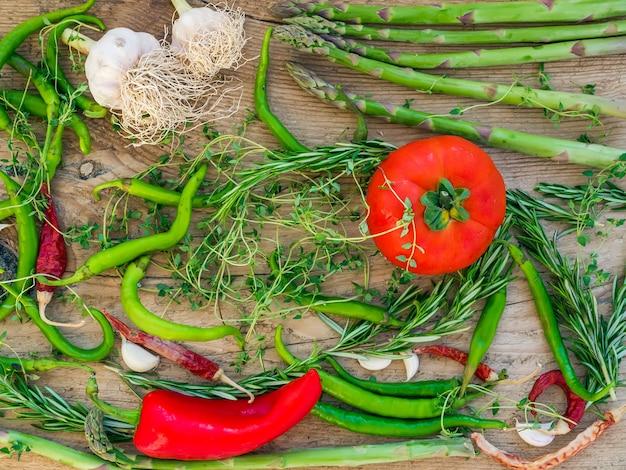 Verduras en una mesa de madera