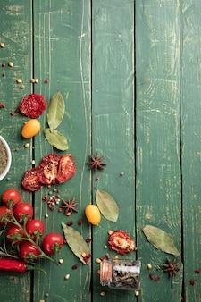 Verduras en la mesa de madera