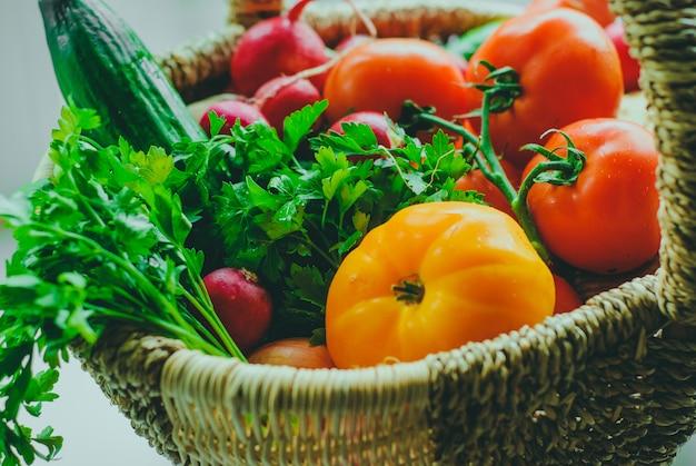 Verduras orgánicas frescas en la cesta.