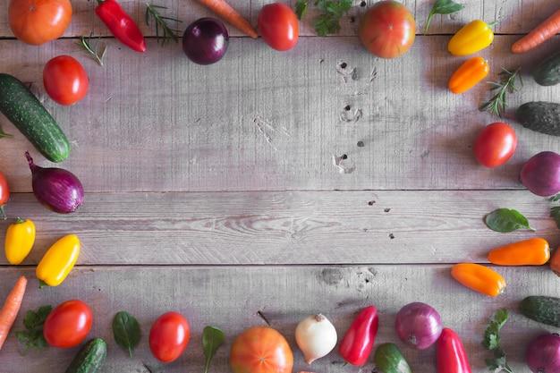 Verduras orgánicas frescas sobre un fondo de madera. vista superior