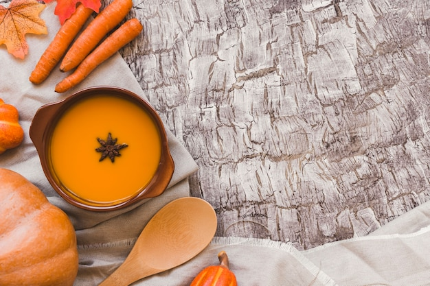 Verduras de otoño cerca de sopa y pronto