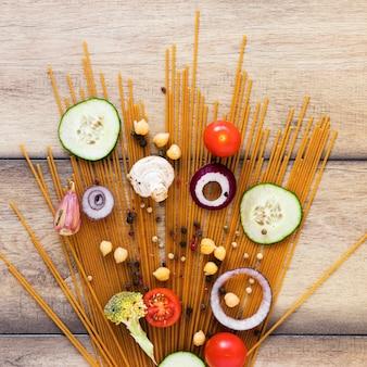 Verduras y pastas en mesa de madera