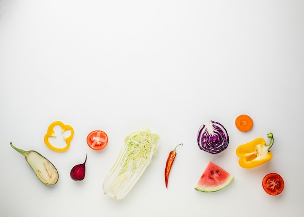 Verduras en rodajas sobre fondo blanco.