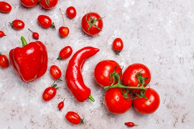 Verduras rojas frescas en superficie de concreto