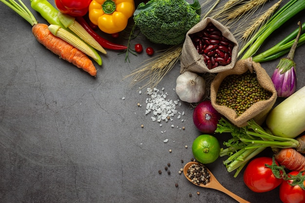 Verduras saludables en la mesa de madera