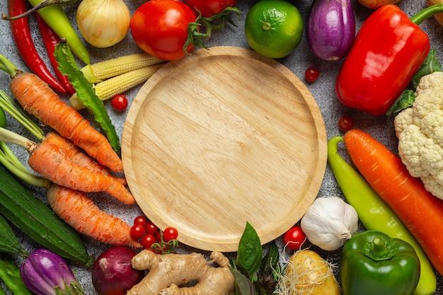 Verduras saludables sobre fondo oscuro antiguo