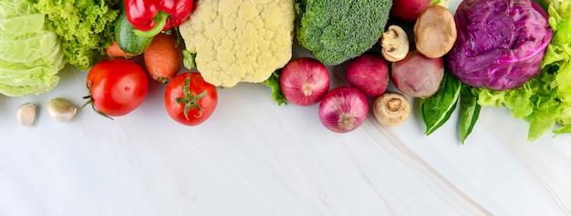Verduras sanas en el fondo de la bandera de la encimera de cocina de mármol