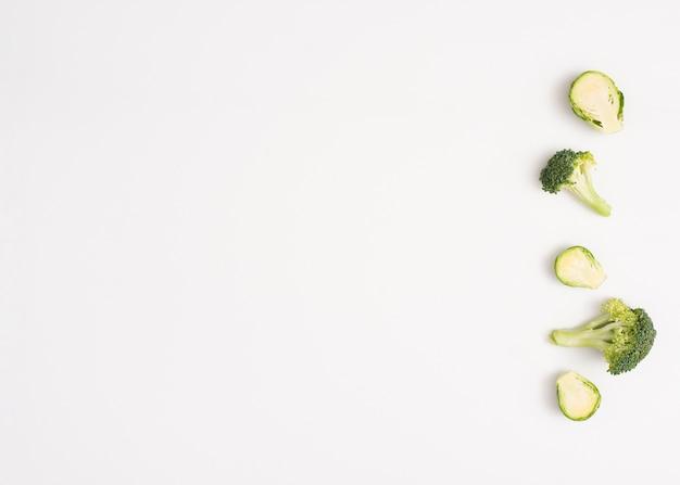 Verduras sobre fondo blanco con espacio de copia