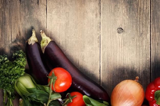 Verduras sobre fondo de madera