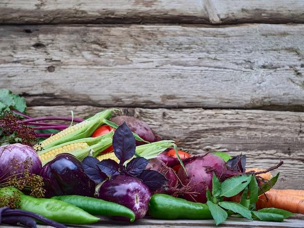 Verduras sobre un fondo de madera.