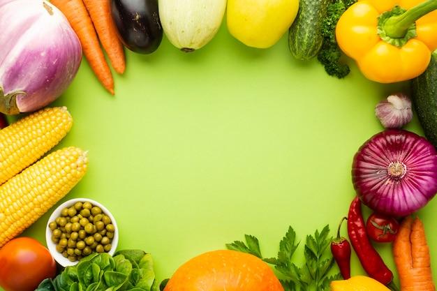 Verduras sobre fondo verde con espacio de copia