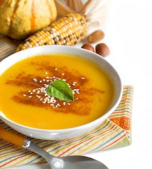 Verduras y sopa de calabaza fresca