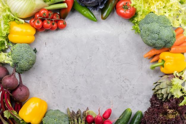 Verduras en superficie gris