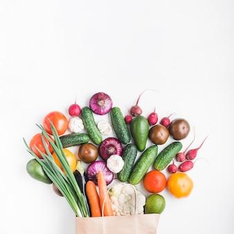 Verduras surtidas cerca de la bolsa de papel