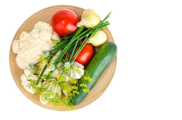 Verduras de temporada orgánicas caseras en placa de madera