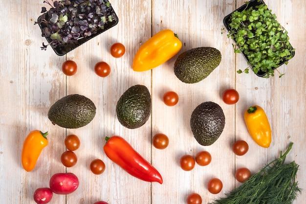 Verduras variadas sobre una mesa de madera.