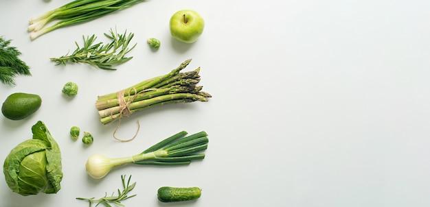 Verduras verdes amplias concepto plano laico con lugar para texto
