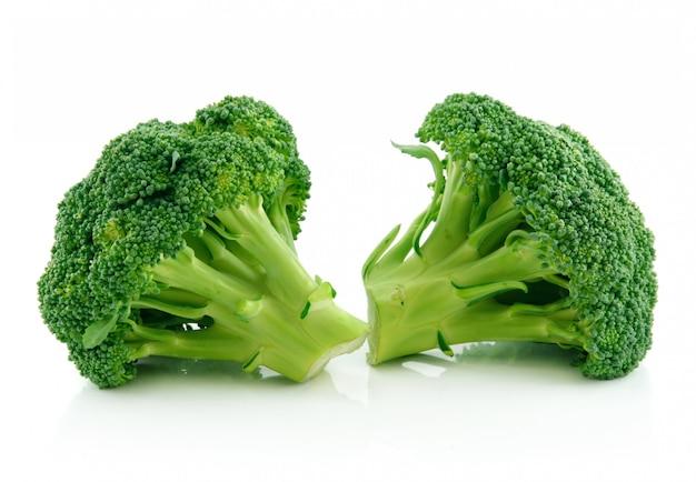 Verduras verdes de la col del bróculi aisladas en blanco