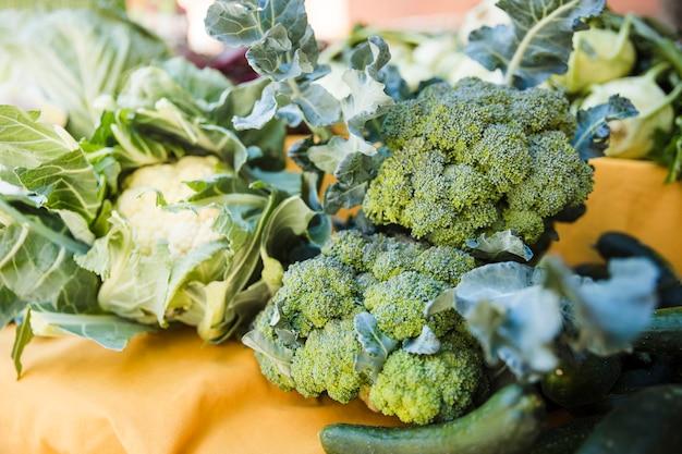 Verduras verdes frescas para la venta en el mercado