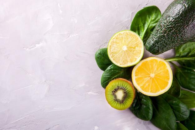 Verduras verdes, frutas, citrus