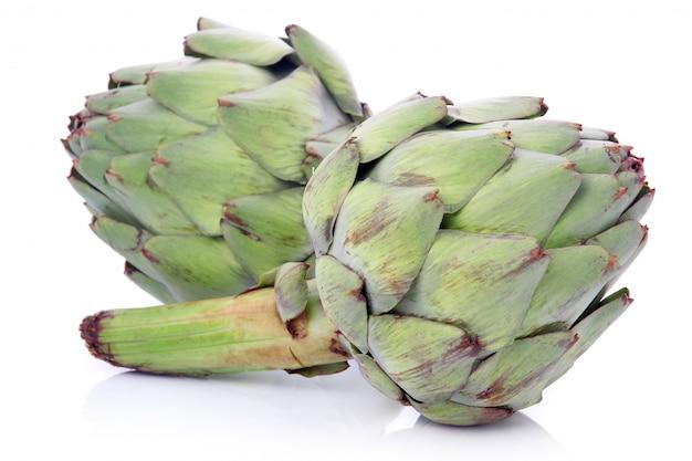 Verduras verdes maduras de la alcachofa aisladas