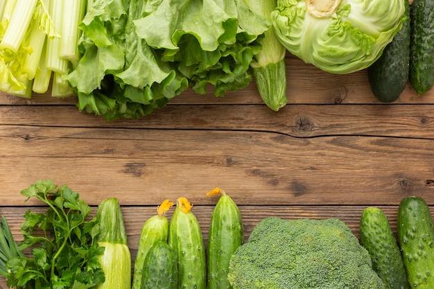 Verduras de vista superior en mesa de madera