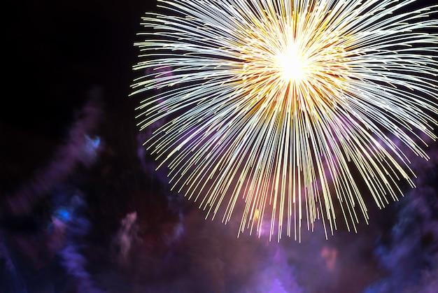 Veriety coloridos fuegos artificiales en el cielo nocturno. un destello de saludo amarillo