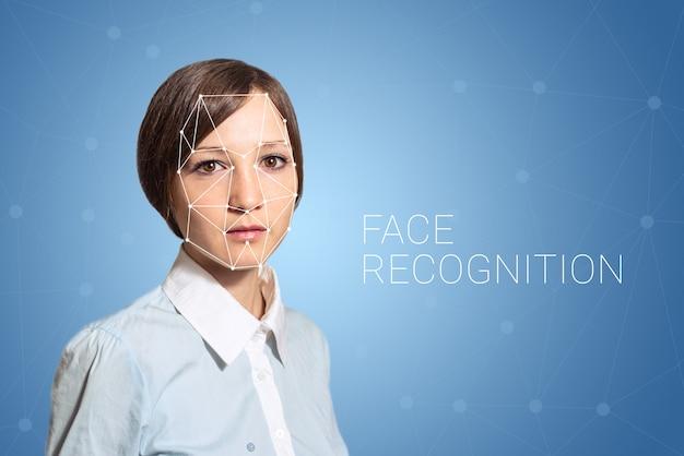 Verificación biométrica de mujer con detección de rostro, alta tecnología.