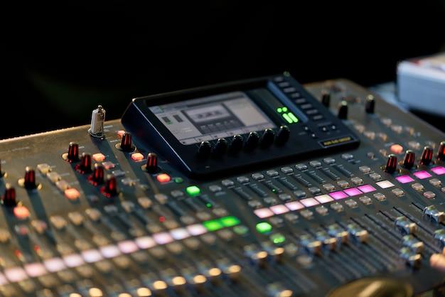 Verificación de sonido para concierto, control de mezclador, ingeniero musical, backstage
