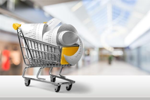 Verificación de supermercado con números en carrito de compras, vista cercana