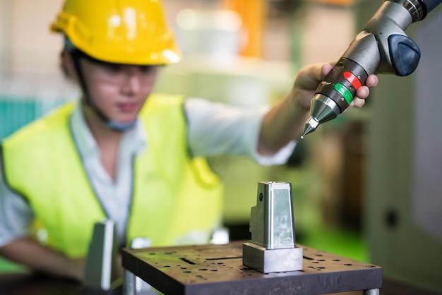Verifique el brazo del robot de automatización en fábrica