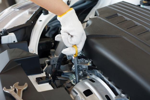 Verifique el nivel de aceite en el motor del automóvil